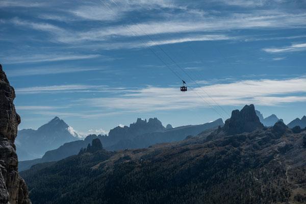 ...so habe ich mehr Zeit zum fotografieren und kann erst noch die Landschaft geniessen. Blick auf den Averau, die Croda da Lago Gruppe und die Cinque Torri. Um diese Klettergipfel führen zwei unserer Wanderungen