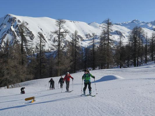 Aufstieg zumStockhorn. Mitte April 2015 liegt noch Schnee bis nach Fäld hinunter