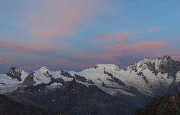 Die ganze Tour im Überblick: Links aussen das Rimpischhorn, das Allalinhorn lassen wir links liegen, anschliessend der Feekopf, dann am Horizont die Nase, welche zum Alphubel führt und rechts aussen Täschhorn und Dom