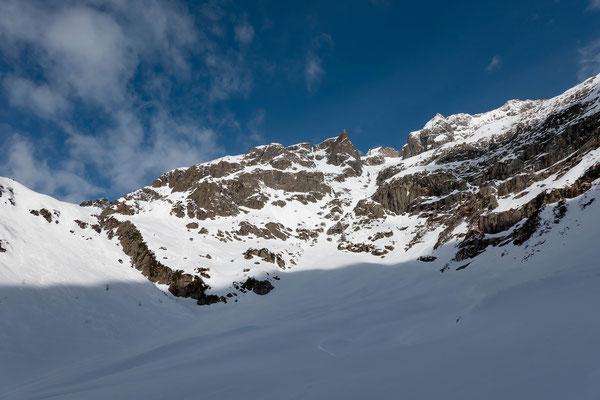 Eine Südstaulage trieb uns am ersten Tag nordwärts ins Meiental. Zuhinterst im Wissgand verzweigen sich die Skirouten, hier links zweigt das Hohbergtal zum Wichelplannggstock ab, wir folgen rechterhand der Route zum Bärenhorn