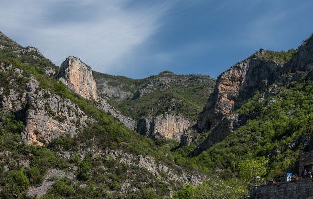 Blick auf eine kleinere Auswahl an Klettersektoren oberhalb der Grotte von Toirano