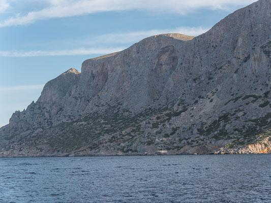 Die imposante Süd Wand von Telendos. Nicht per Pedes, sondern per Boot kommen wir dem Einstieg rechts der riesigen Grotte schon recht nahe