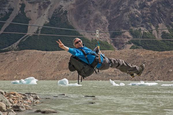 Der Ausflug zur Schwanzflosse beginnt mit einer luftigen Flussüberquerung