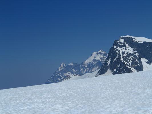 Das Wätterhoren tut sich ganz bescheiden am unteren Bildrand hervor. Darüber der Eiger, das Silberhorn, Wengener Jungfrau, Jungfrau und Tschingelhorn