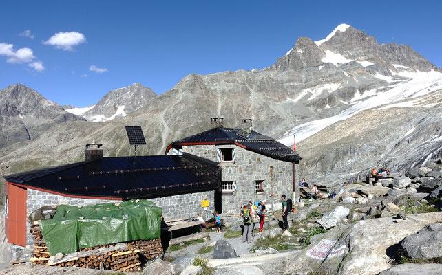 SAC Hütte im ursprünglichen Stil, die Coazhütte. Darüber der 3936 Meter hohe Piz Roseg