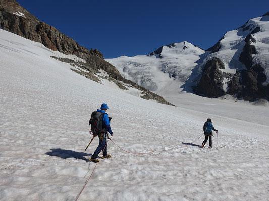 Beim Abstieg zur Finsteraarhornhütte studieren wir die Route vom kommenden Tag an den Fuss der Felsen vom Agassihorn. Die kleine felsige Erhebung ist der Fieschergrat