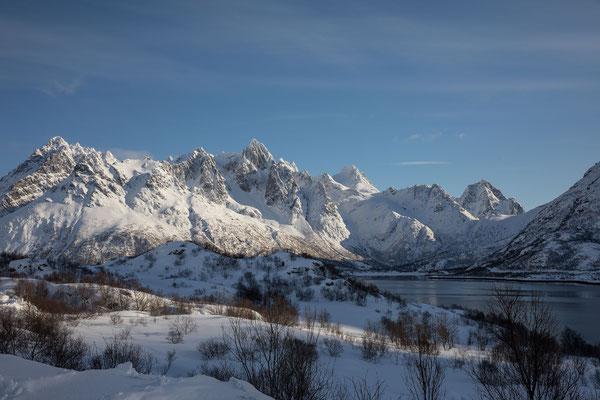 Zentral erhebt sich der Geitgalljetind über dem Austnesfjorden