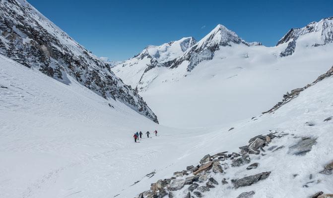 Die Oberaarjochhütte naht, Blick vom Joch zum Wannenhorn und Finsteraarrothorn