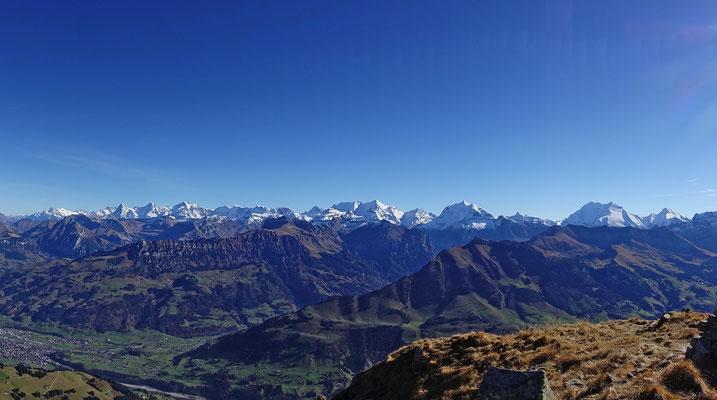 Panoramabild vom Wetter- bis zum Rinderhorn. Oberhalb Frutigen steht das Gehrihore mit dem Giesigrat. 20 Minuten später starte ich zu einem halbstündigen Flug mit Landung direkt hinter der Haustür