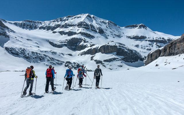 Gut gelaunt peilen wir unseren ersten Gipfel, das Lämmerenhorn an. In Bildmitte das Schneehore