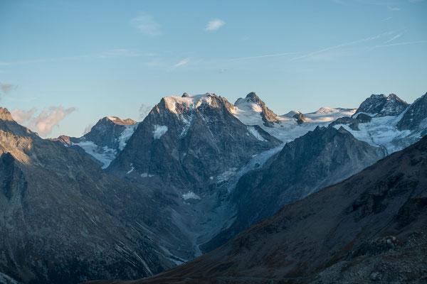 Der Mont Collon im Abendlicht, links davon der Mont Brulé, rechts der L`Evêque, dann die Firnkuppe der Pointes d`Oren und der Petit Mont Collon