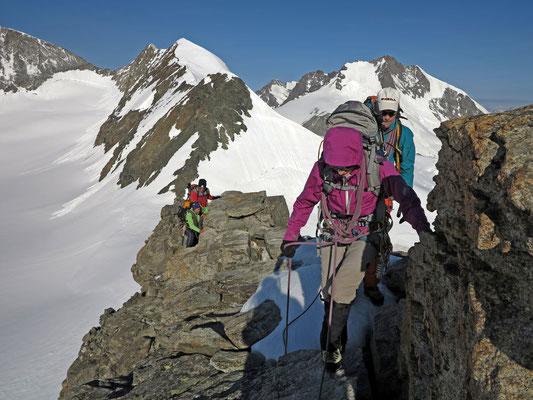 Genussvolle Gratkletterei am Piz Palü. Links die Bellavista, rechts das Berninamassiv