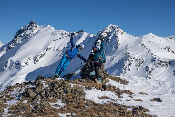 Darum wählen wir vom Sertigpass die westlichen Kuppen aus und haben dafür beim Gipfelfoto das Passhöreli gleich mit auf dem Bild