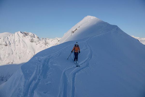 Nach einer kurzen Rast fahren wir mit etwas Vorsicht über den schmalen Gipfelgrat ab