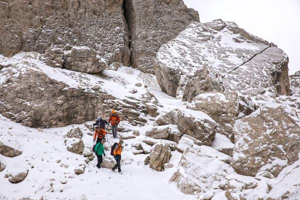 Hinter der Demetz Hütte lauern vereiste, alte Spuren unter dem Schnee