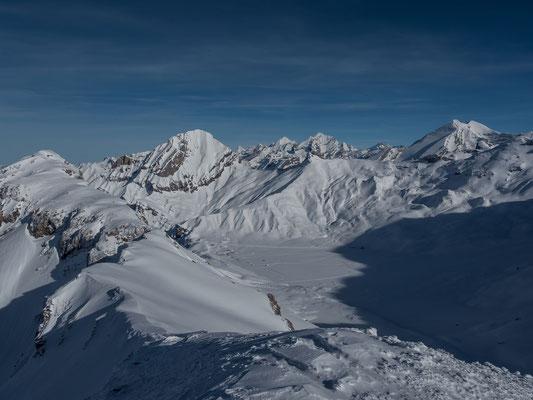 Wuchtig zeigt sich der Lohner über der Engstligenalp, recht klein wirkt dagegen der Eiger gleich zur rechten Seite.  Mönch und Jungfrau, Blüemlisalp, das Doldenhorn, Breithorn, Aletschhorn, Altels und Balmhorn