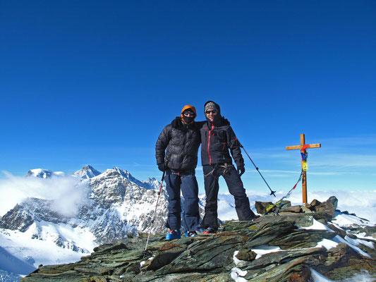 Auf dem Gipfel, das Allalinhorn wird flankiert vom Täschhorn und Dom, links der Alphubel, rechts Lenzspitz und Nadelhorn