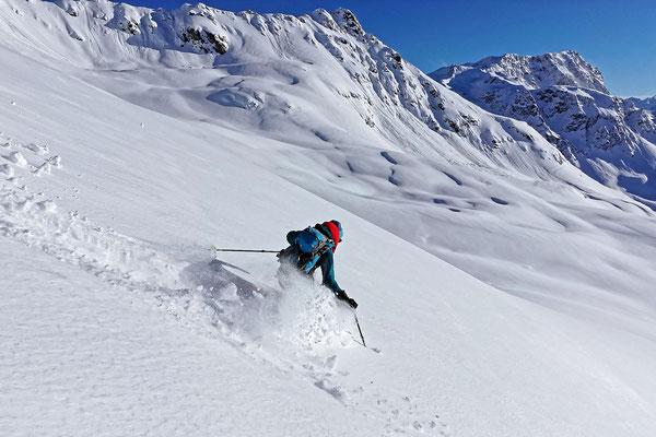 Der knietiefe Neuschnee erfordert steile Passagen für die Schwünge und dies geht ordentlich in die Beine