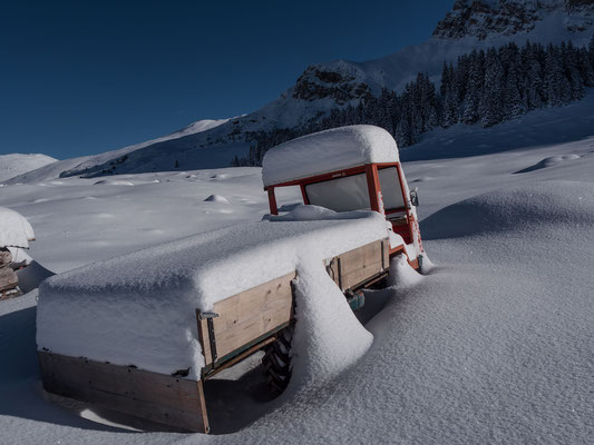 Schneehöhe auf dem Dach 50 cm, auf der Ladebrücke 70 cm, so fühlt sich das auch beim Spuren an
