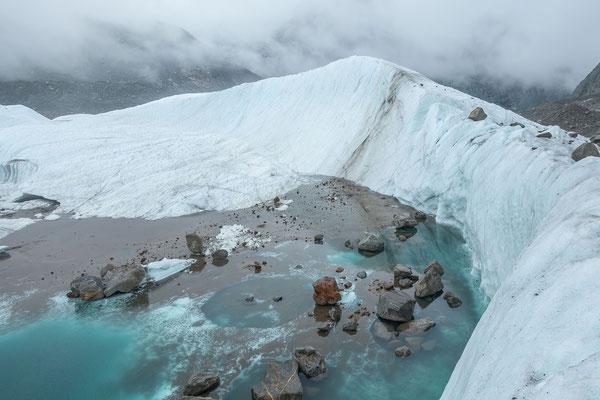 Die Szenerie am See unten hat sich völlig verändert. Neu liegt das blaugrüne Eiswasser am östlichen Seerand und nicht mehr vor der steilen Eiswand