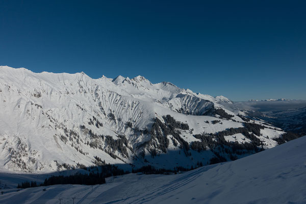 Blick von der Tschentenalp über die Niesenkette. Im Vordergrung unser erstes Ziel, unterhalb vom Niesen dann der Ritzgrat