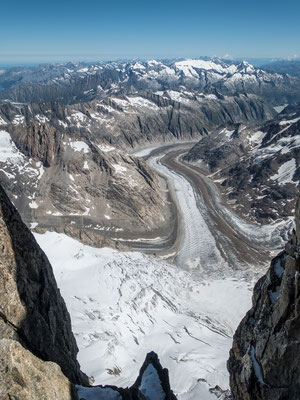 Tiefblick auf eine der spektakulärsten Gletschertouren im Bergvagabund Programm, das Aaretrekking, demnächst wieder einmal in diesem Theater