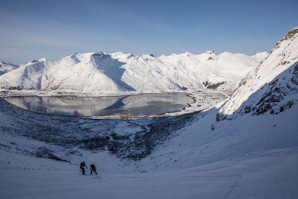 Nach einer kurze Buschwanderung folgt abwechslungsreiches alpines Gelände und ein rasch wachsender Tiefblick zum Fjord
