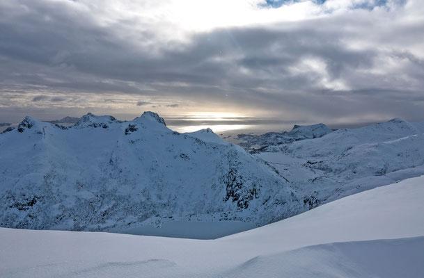 Mit der Skitourengrupp steige ich zum Skigipfel des Rundfjellet auf. Erstmals am Grat wird die Sicht Richtung Werft von Svolvaer frei