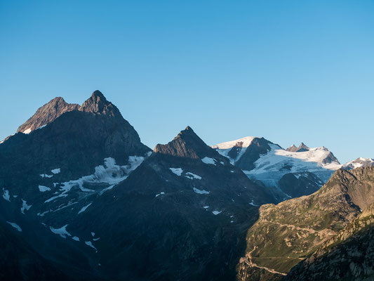 Das Sustenhorn und Gwächtenhorn sowie die drei Tierberge werden schon golden beleuchtet
