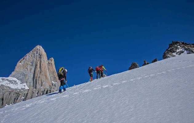 Links der Fitz Roy. Carlos Seilschaft kurz vor dem Gipfel der Punta Velluda