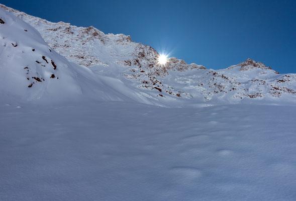 Der erste Sonnenstrahl kommt über den gezackten Verbindungsgrat vom Breitlauihorn