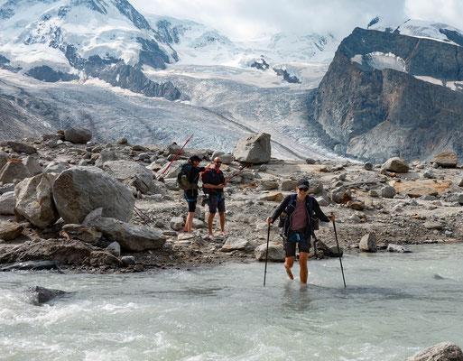 Mit Berg und Tal in Patagonien unterwegs? Weit gefehlt! Ein unterirdischer Gletschersee entleerte sich in den Tagen unseres Monte Rosa Hütten Trekking. Ein Woche später war kein Tropfen Wasser auf den Felsplatten zu sehen