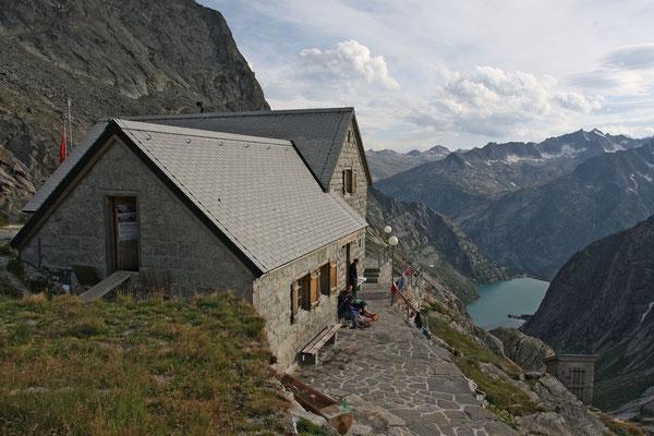 Bergsteiger geniessen das Abendlicht vor der Gelmerhütte