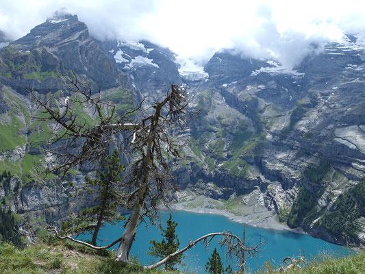 In der Bildmitte das wolkenverhangene Fründenhorn. Links auf dem Felskopf die Fründenhütte. In der Fallinie des rechten Randes vom Undere Oeschigletscher beginnt die Zürcherschnyda. Wild, spannend, ein richtiges Abenteuer