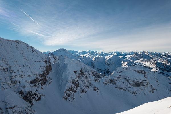 Blick vom Cheibehore zum Albristhorn, da sollen sich heute gegen 60 Skitüreler den Gipfel streitig machen.  Da geniesse ich mein hier und jetzt doch für mich ganz alleine. Nicht lange, es kommen noch Vier Gleichgesinnte und leisten mir Gesellschaft