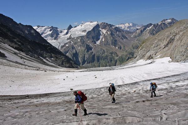 Verlassene Gegend, das Zwischen Tierbergen Tal. Im Hintergrund rechts die Wetterhorn Gruppe, links das vergletscherte Steinhüshorn und der felsige Chilchlistock