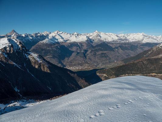 Der Blick nach Brig hinunter und zu den walliser Berneralpen hinauf macht klar, unterhalb 2000 Meter geht Skitourenmässig gar nichts