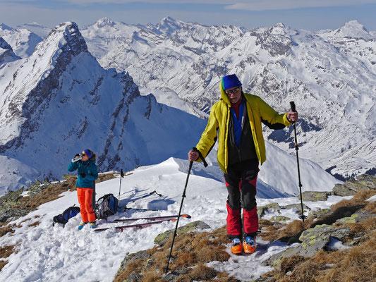 Wie eine Eins steht das steile Horn da, das Rheinwaldhorn und Chilchalphorn erweitern die gewaltige Rundsicht