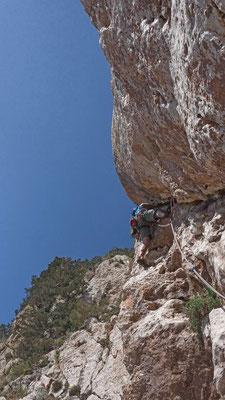 So klettert Bruno den schwierigen Riss in der Route Alla Ricerca del Punto C anstatt in der Deviazioni nach rechts zu klettern