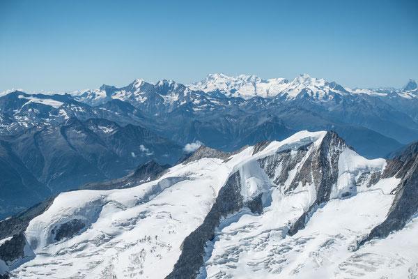 WOW, diese Aussicht! Wannenhorn, darüber die Mischabelgruppe, links das Monte Rosa Massiv, rechts das Matterhorn