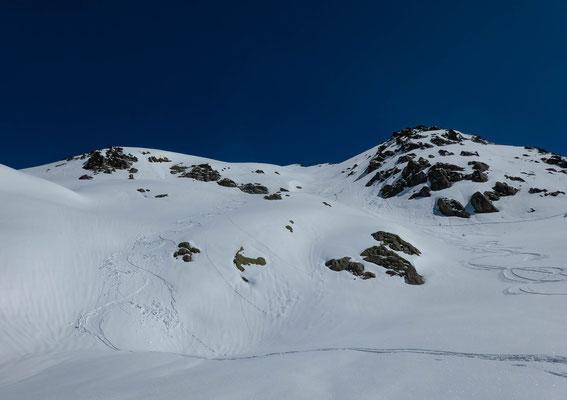 Der Gipfelhang mit der von rechts hereinkommenden Aufstiegsspur der unbekannten Gleichgesinnten