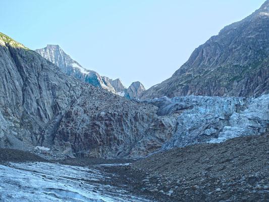 Kein Durchkommen im Eis, der markierte und mit Stahlseilen und Leitern versicherte Weg zieht linkshaltend zum kleinen Schneefeld hinunter