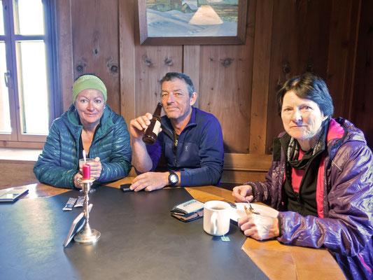 """Nach einigen Stunden GPS, Stemmschwüngen, Fellen montieren und abziehen, und """"auffitreten"""", erreichen auch wir die heimelige Stube der Silvretta Hütte"""