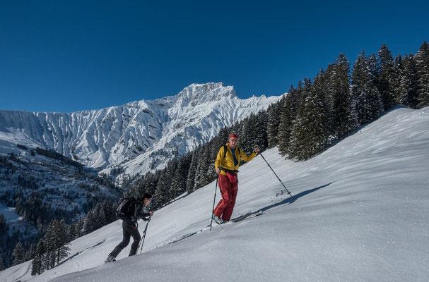 Der Aufstieg führt über Egerle, mächtig und unnahbar aber trotzdem mit Skis möglich, das Gsür