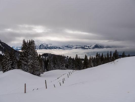 Thunersee, Niesen und Stockhorn von zwei Wolkenschichten verdeckt
