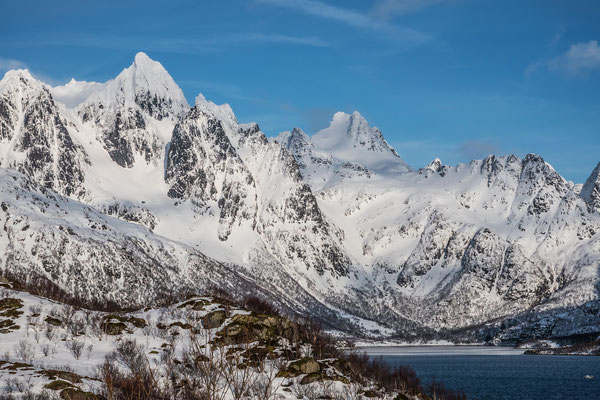 Derselbe Gipfel mit dem berühmten Südcouloir,  durch welches sich doch wahrhaftig ein paar Spitzkehrenfanatiker hochmühen. Rechts ein weiterer sehr alpiner Gipfel, der Trollsadelen