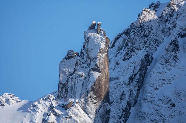 Das steinerne Wahrzeichen von Svolvaer, ganz Mutige springen auf den rechten Gipfel hinüber, so lässt sich die Zahl der Gipfelküsse gleich verdoppeln