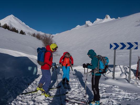 Carlo, Ruth und Danielle sind startklar unweit unterhalb vom Col du Lautaret. Ziel ist der Pic Blanc du Galibier, der unscheinbare Gipfel in Bildmitte