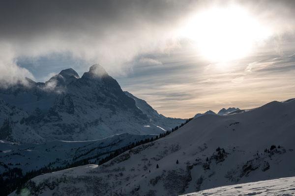 Schon 20 Minuten unter dem Gipfel öffnet sich das Panorama zur Grossen Scheidegg, darüber Mönch und Eiger, unter der Sonne das Gspaltenhorn und die Blüemlisalp