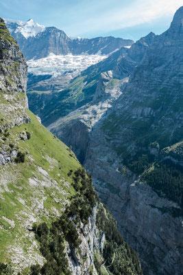 Gross Fiescherhorn und Walcherhorn, fast 3000 Meter tiefer unten die Gletscherschlucht von Grindelwald